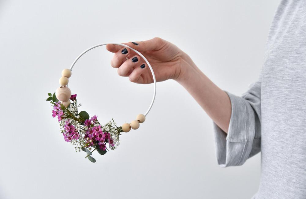 DIY : une jolie couronne fleurie pour aménager votre intérieur