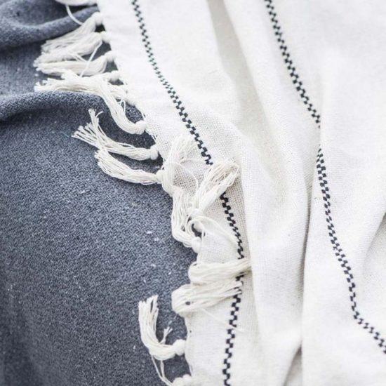 Couvre-lit en coton naturel écru, surpiqûres noires et franges