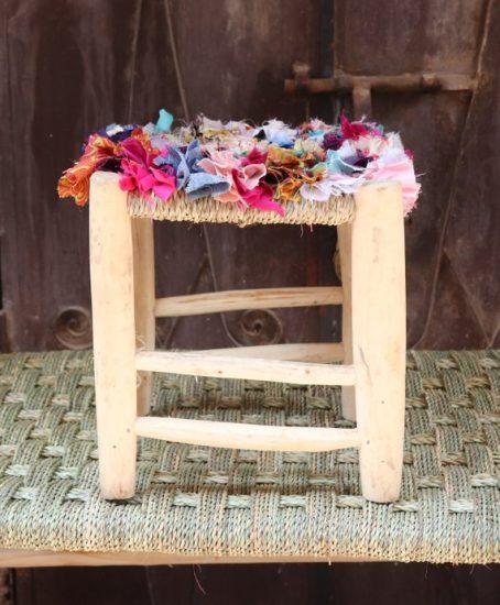 Tabouret marocain boucherouite en bois de laurier et coton recyclé