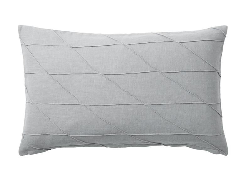 Coussin HARÖRT en ramie gris et coton (40 x 65 cm), IKEA, 19,99€