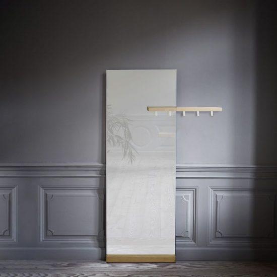 Miroir à poser 'Shift' avec porte-manteau en chêne blanchi (183 x 95 cm), Bolia, 369€