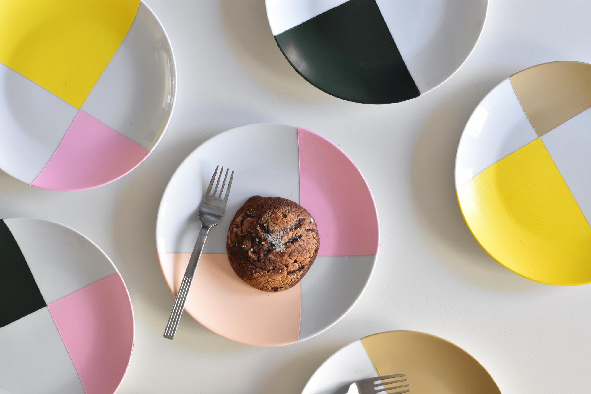 DIY : comment réaliser des assiettes colorées?