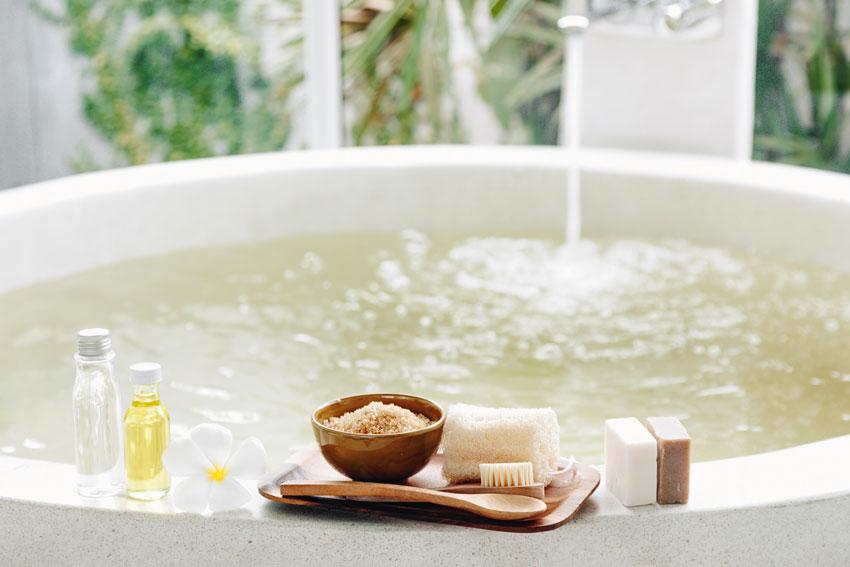 L'adoucisseur d'eau est directement lié à la robinetterie de la salle de bains.