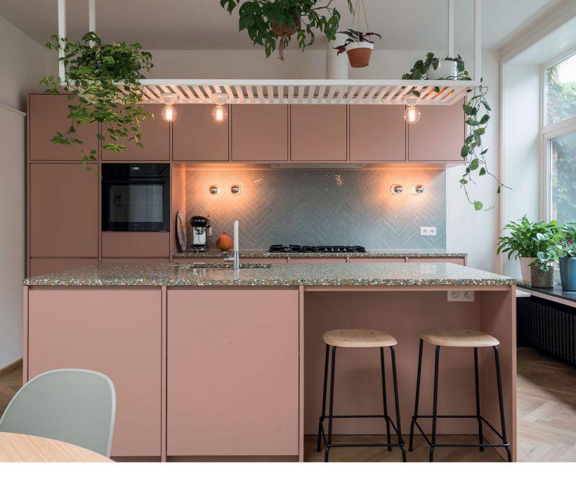 Avant / Après : la rénovation d'une cuisine en rose tendre